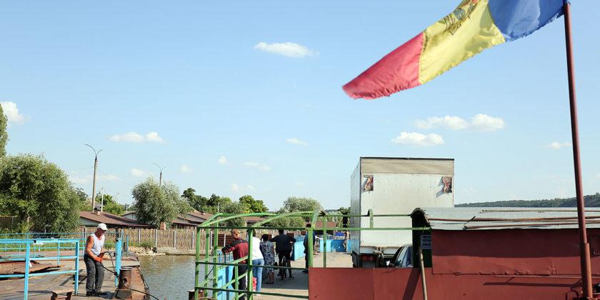 Паром в Моловате: между двумя Молдовами