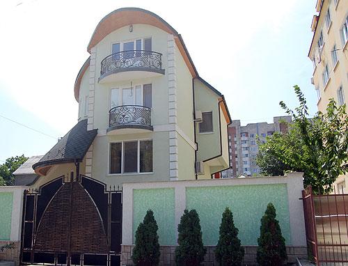 Президент утверждает, что из имущества у него есть только «дом на Буюканах»: «Если вы что-то найдете, заберите это себе»
