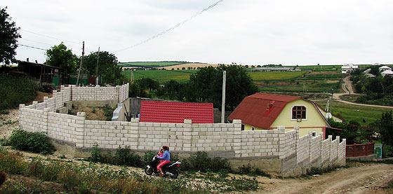 După decesul buneilor săi, consilierul Oleg Onişcenco a păstrat casa cu tot cu drum public