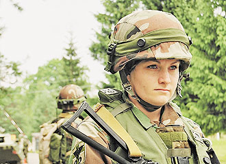 421-femei-armata1