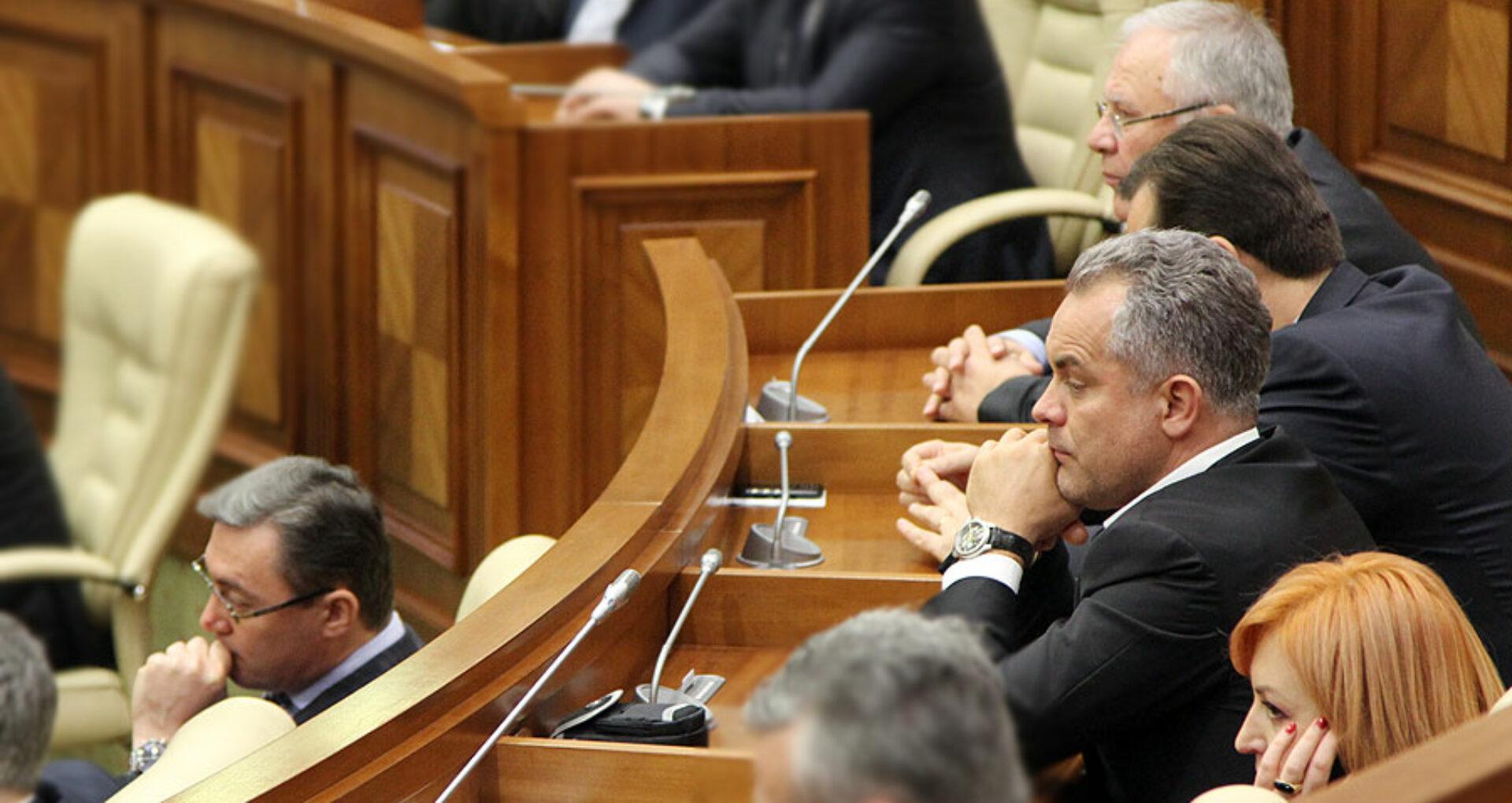 """(doc)Deputaţii """"cu lipici"""" la banii statului"""