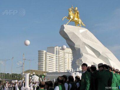 Un preşedinte şi-a instalat în centrul capitalei o statuie de aur