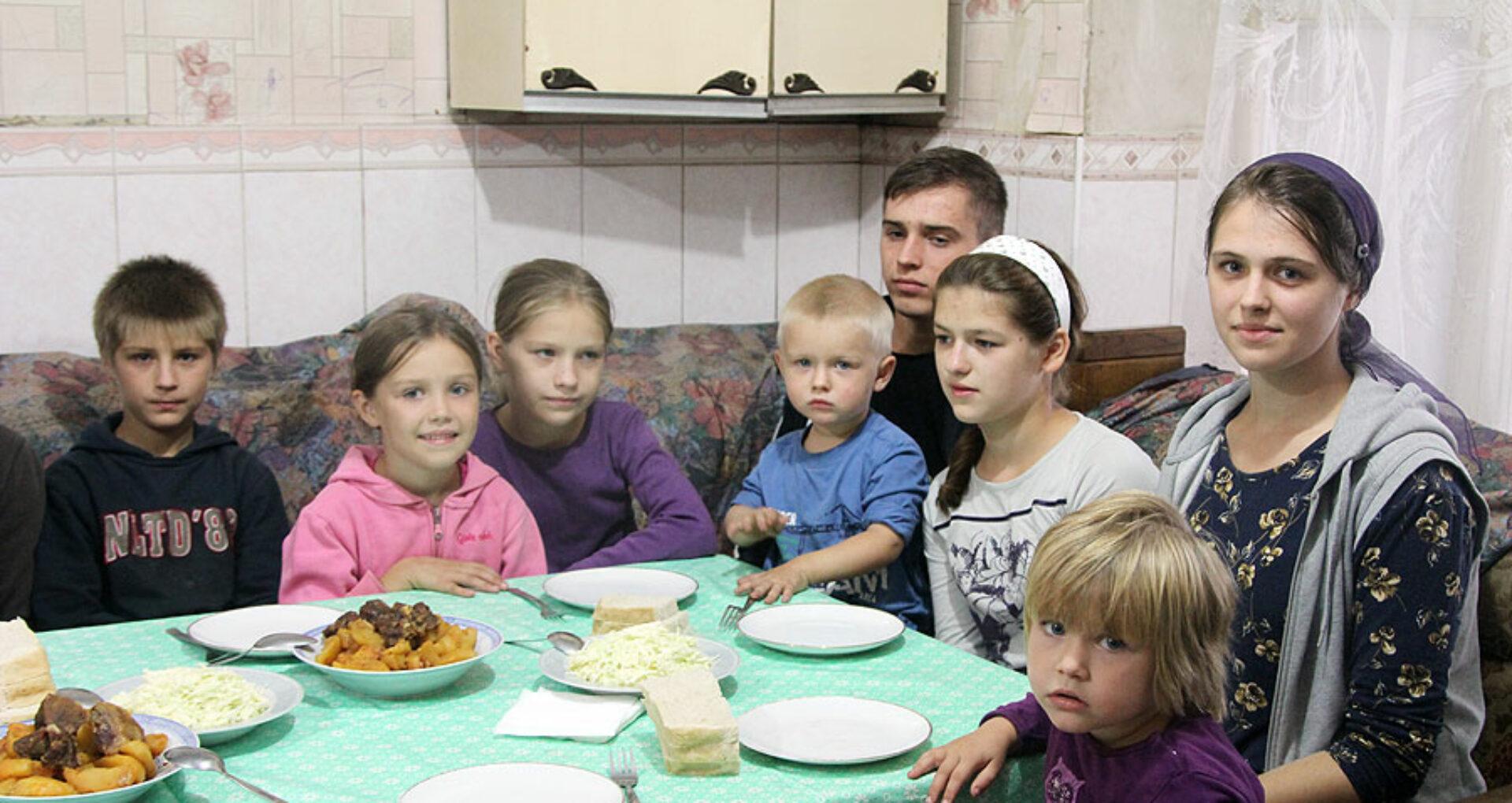 """""""Nu încăpem cu  toţii la o masă"""". Istoria unei familii cu 17 copii"""