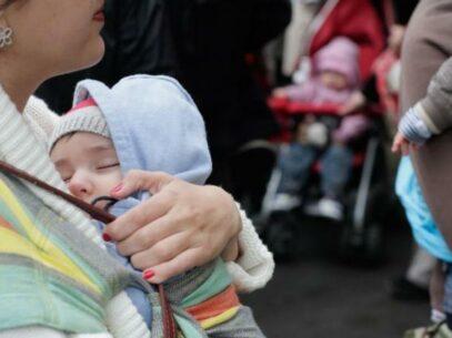 Indemnizația lunară pentru creșterea copilului acordată persoanelor asigurate. Care este modalitatea de calcul și ce opțiuni au solicitanții?