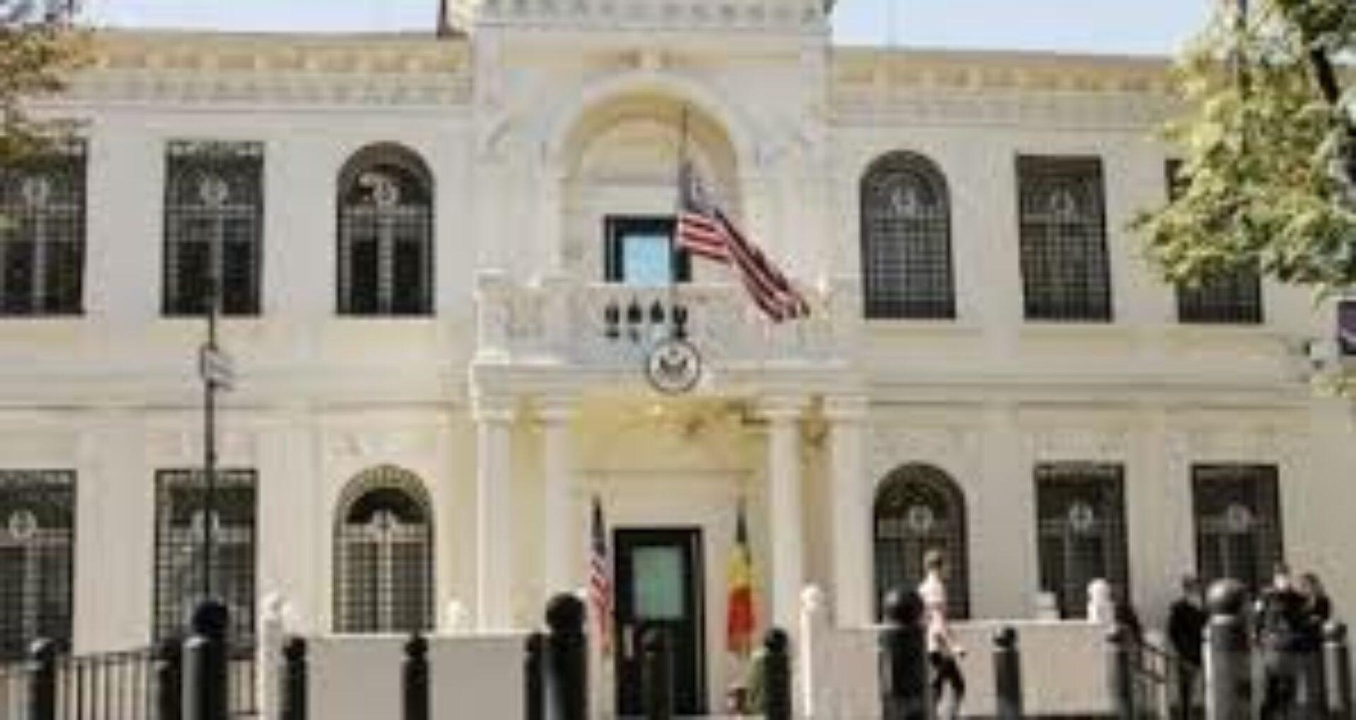 Poliție și mașini de urgență la Ambasada SUA din Chișinău