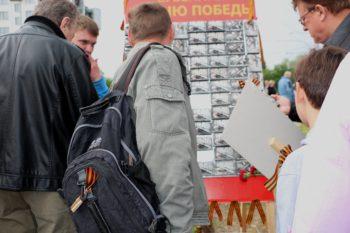 Panglica e prinsă nu doar în piept, dar și la genți, rucsacuri, buzunare, tobe de eșapament sau accesoriu pentru păr. Foto: Natalia Ghețu
