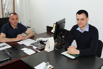 Șeful CCCI, Iurie Cațer, și Igor Sârțu, de la secția Mijloace de Plată Electronice