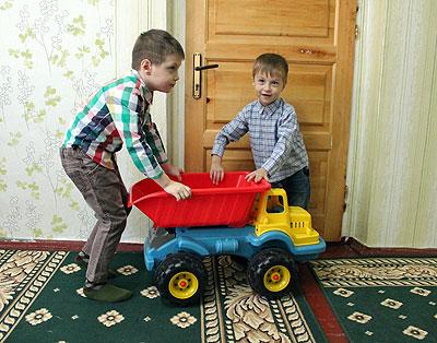 Emilian (s) are șase ani și este băiatul mai mare al familiei Balan. Dar este ajutat în toate de către fratele mai mic, Ilie. Cei doi frați sunt nedespărțiți atât acasă, cât și pe terenul de joacă