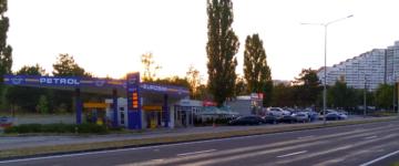 Benzinăria Eurosim și terenul de lângă ea, arendat de firmă din 2011 cu doar 2 mii de lei pe lună. Acesta este dat deja în arendă unei alte firme.