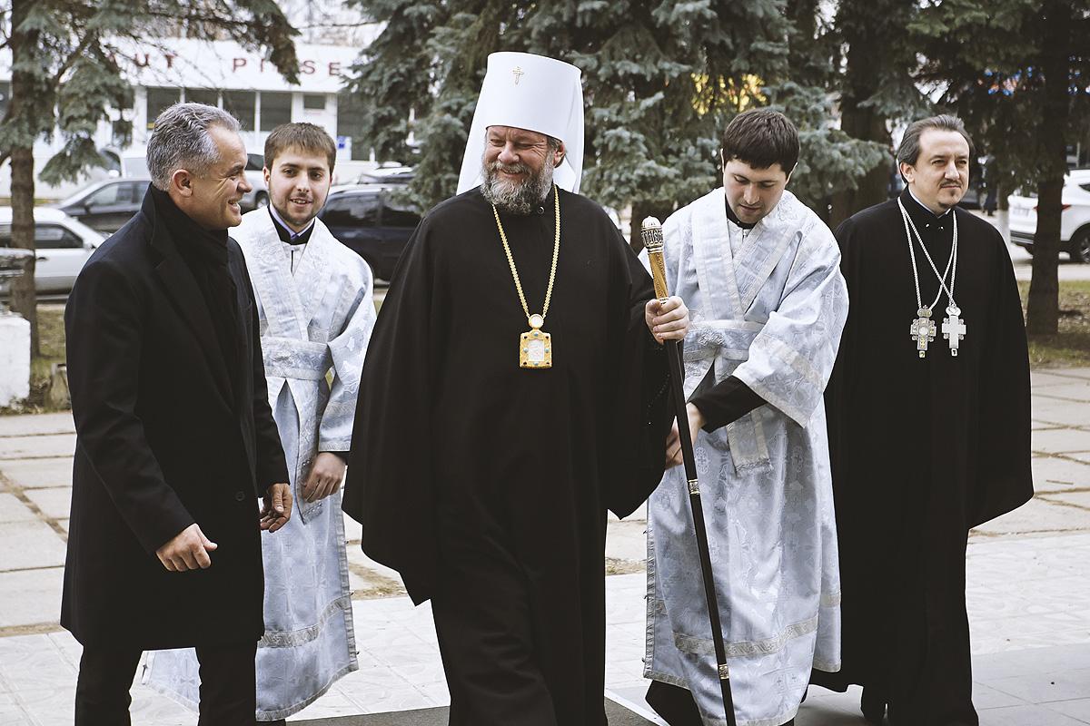 POZE NOI) Dezmățul Mitropolitului Vladimir, cel care-l susține pe  socialistul Dodon – Ziarul de Gardă