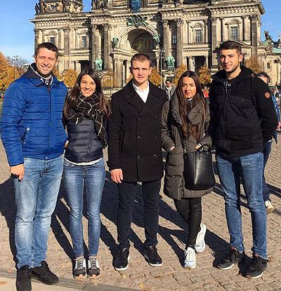 Tinerii stabiliți la Copenhaga, Danemarca, vor călători aproape o mie de km până la secția de vot de la Berlin, Germania