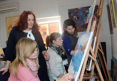 Irina Poverga, alături de alte femei HIV-pozitive, pictează la un curs de art terapie. Inga Orehova, magistru în psihologie și art-terapeut, afirmă că pictura este o latură a materiei terapeutice, inclusiv în cazul persoanelor supuse violenței. Ulterior, picturile au fost expuse în cadrul unei expoziții, organizată în scopuri caritabile