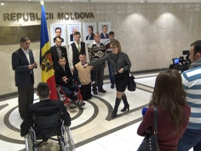 (VIDEO) Un grup de tineri de la Internatul din Orhei a vizitat Parlamentul