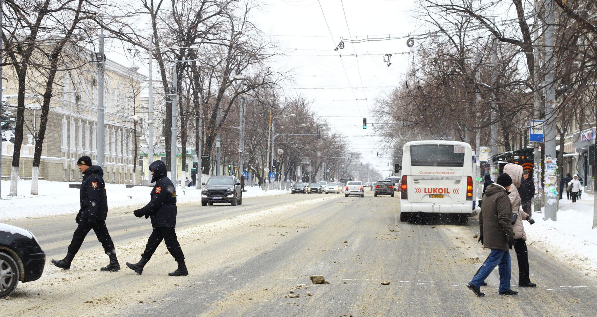 (Foto-Reportaj) Centrul Chișinăului după trei zile de ninsoare