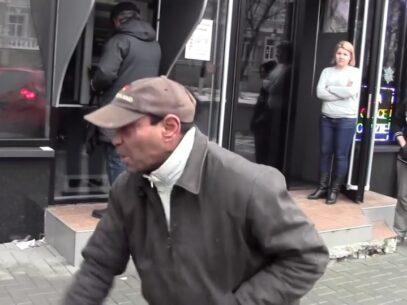 (VIDEO) Un bărbat lovește o femeie în fața MAI