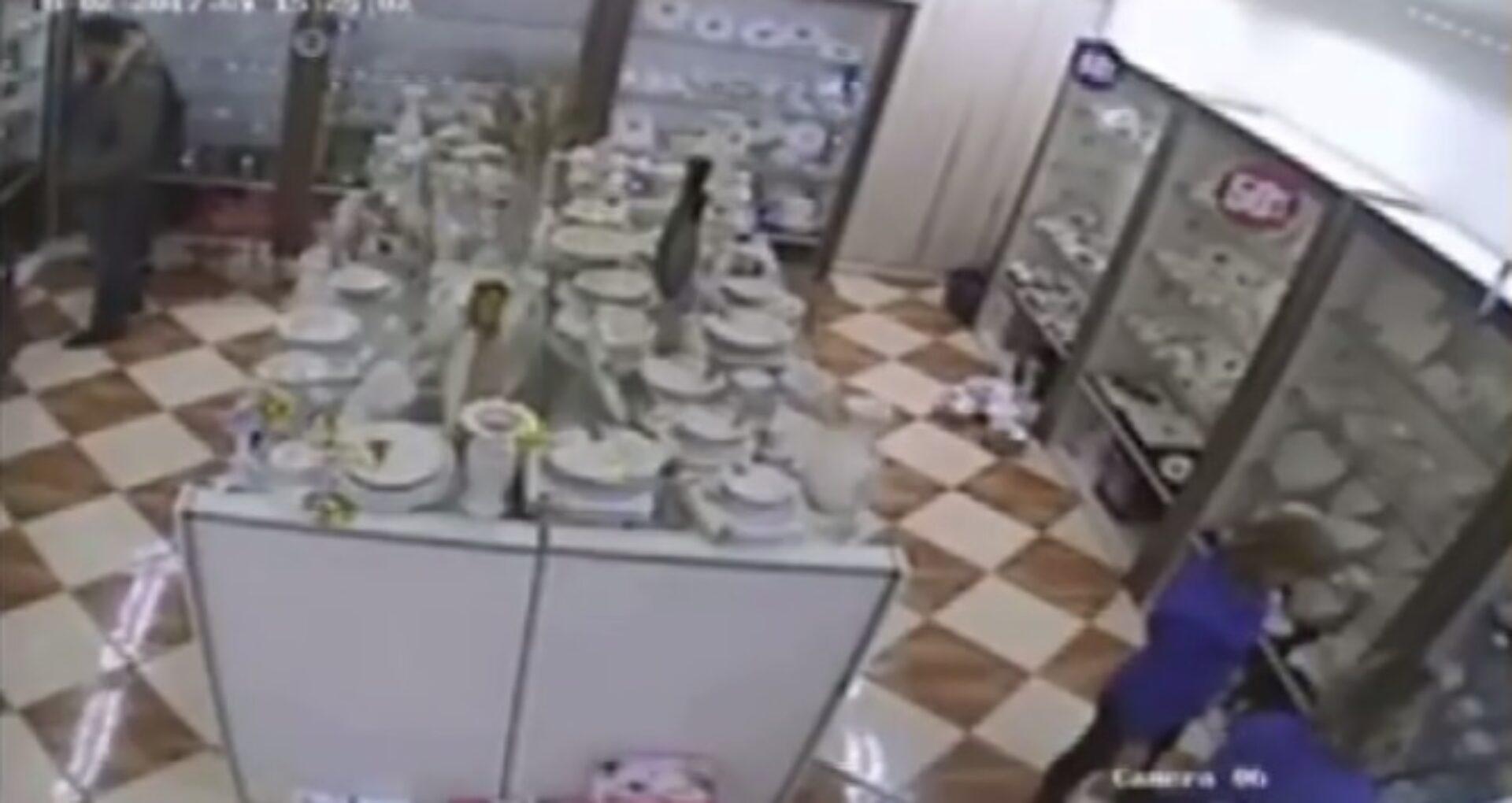 (Video) Un șef din poliție implicat în furtul unei salatiere dintr-un magazin din centrul capitalei?
