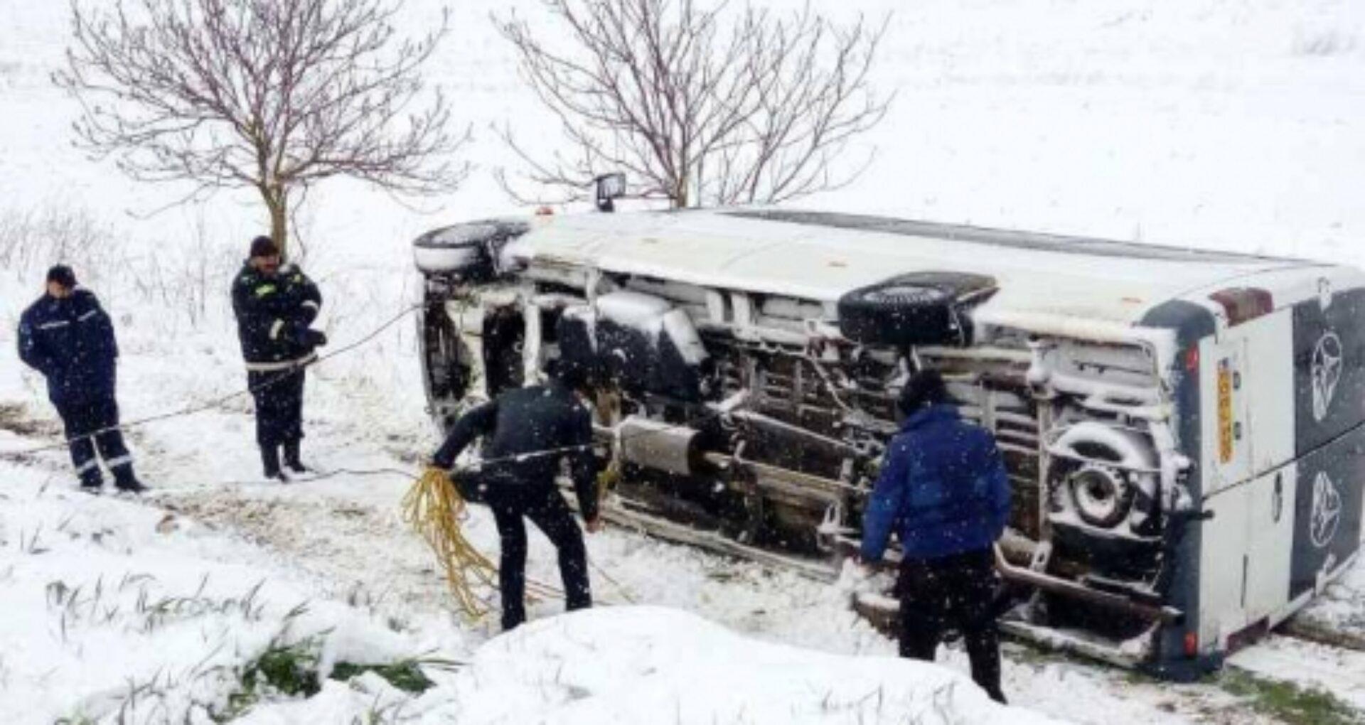 (foto)La un pas de tragedie. Un microbuz plin cu elevi s-a răsturnat