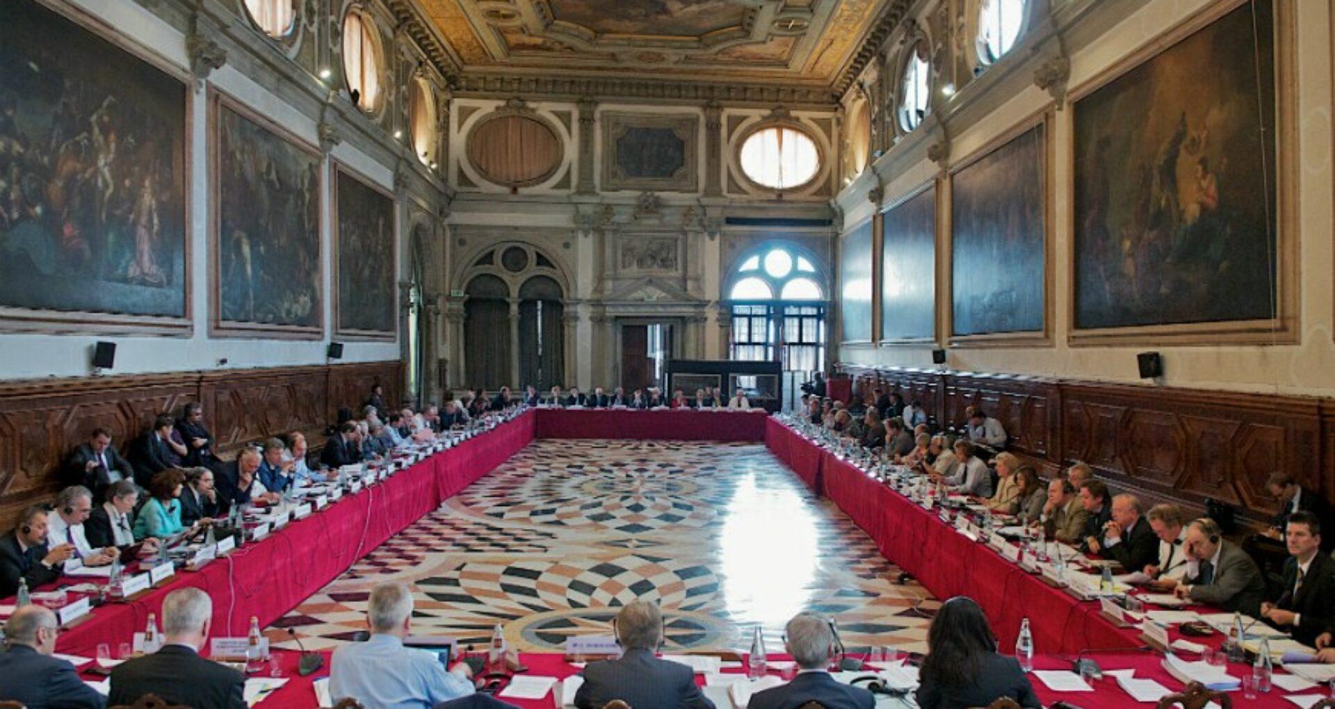 Cine sunt reprezentanții partidelor din R. Moldova care participă la adunarea Comisiei de la Veneția