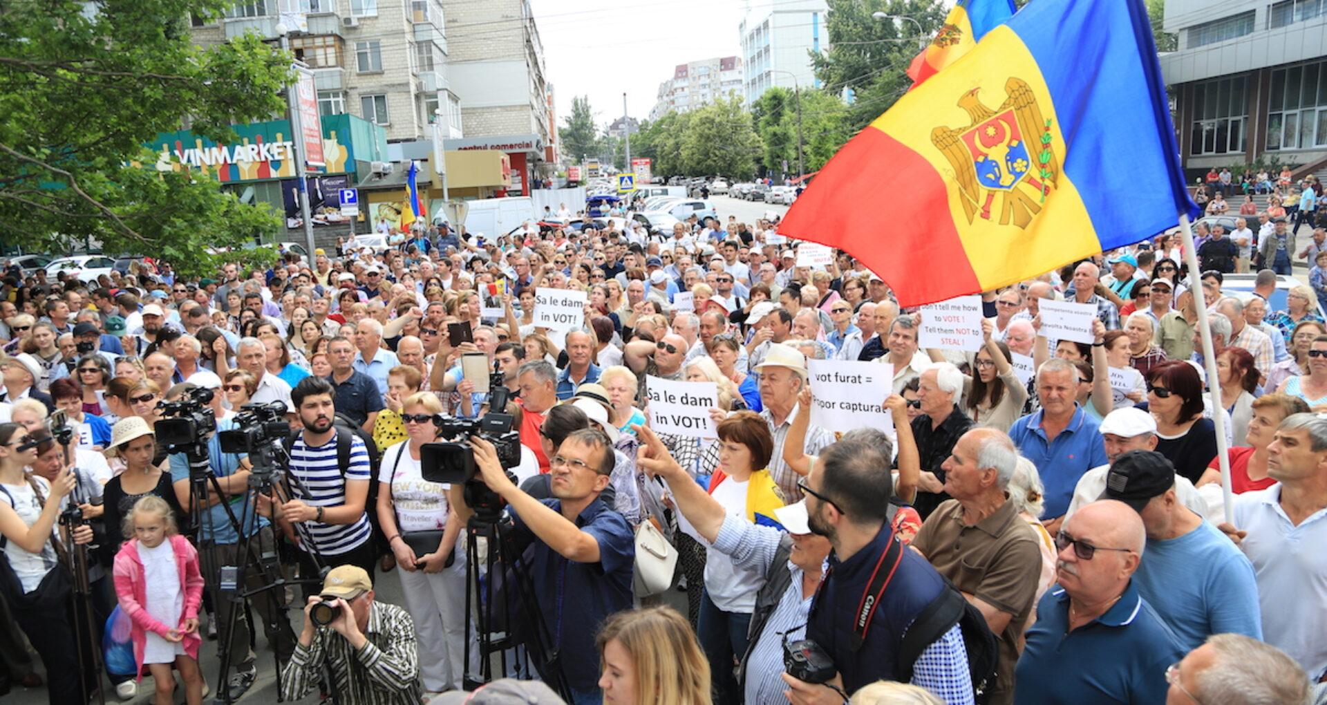 """LIVE/ Protest la Primărie: """"Astăzi este prima zi a rezistenței noastre"""""""