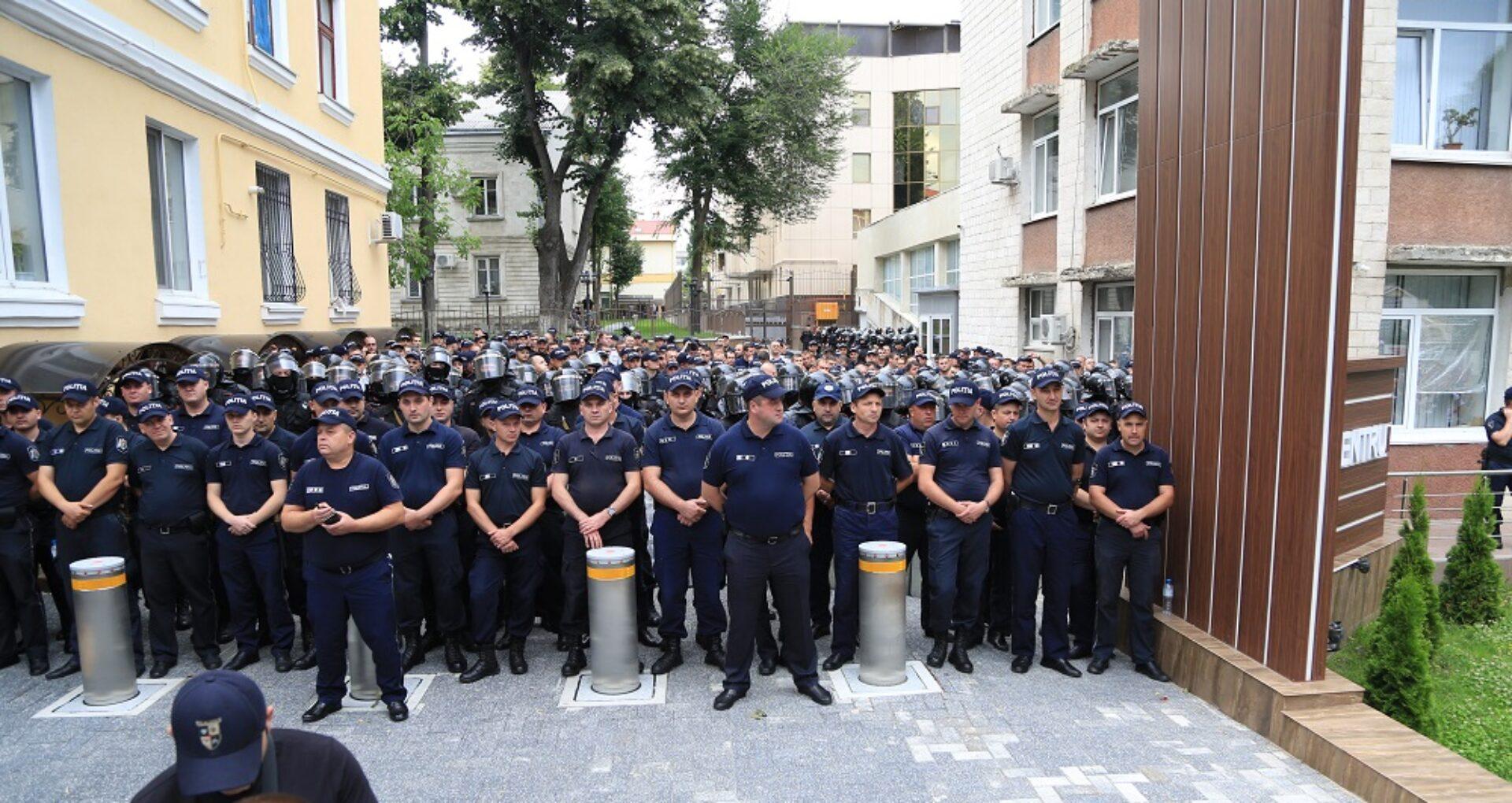 Cum explică Poliția și PDM securitatea sporită la sediul democraților și reședința lui Plahotniuc