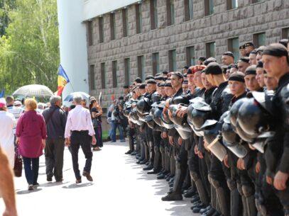 GALERIE FOTO/ Parlamentul, înconjurat de polițiști și protestatari