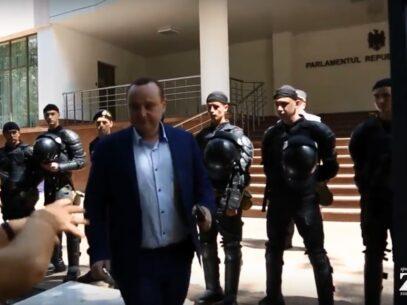 """VIDEO/ """"Prizonieri în Parlament"""". Batrîncea nu a fost lăsat de protestatari să părăsească Legislativul"""