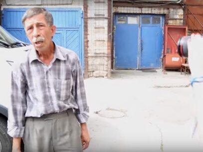 """VIDEO/ Paznicul de la Primărie, către reporterele ZdG: """"Mâine-poimâine te întâlnesc și îți tai gâtul"""""""
