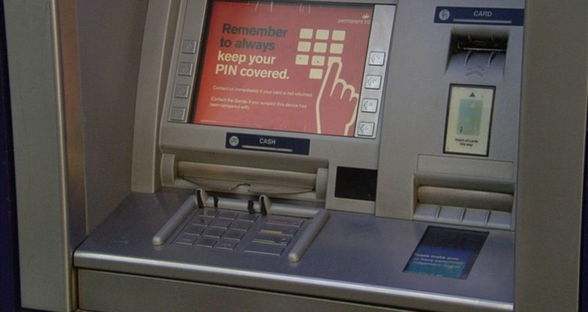 Doi cetățeni ai R. Moldova, acuzați în Irlanda pentru utilizarea dispozitivelor de copiere a datelor de pe bancomate