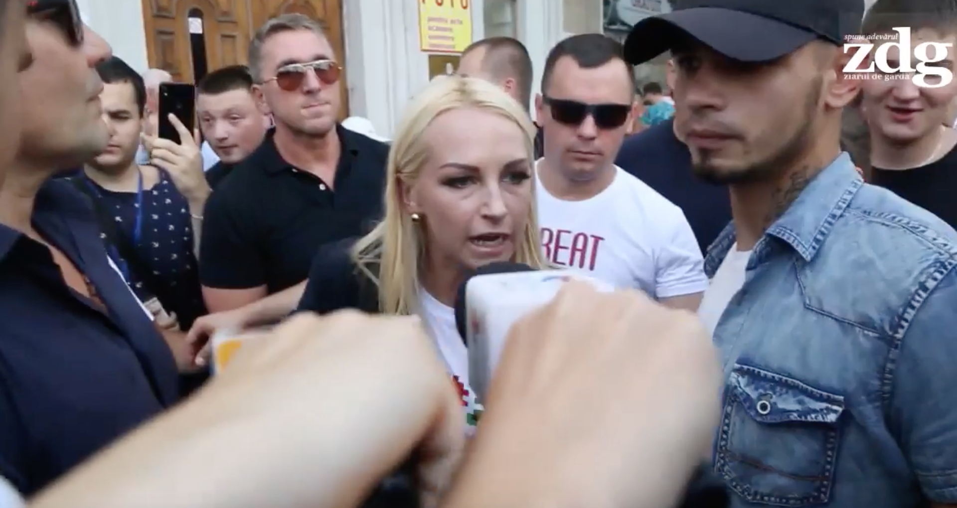 """VIDEO/ Marina Tauber, înconjurată de """"băieți de la partid"""", răspunde la întrebările jurnaliștilor: """"Ați înțeles?"""""""