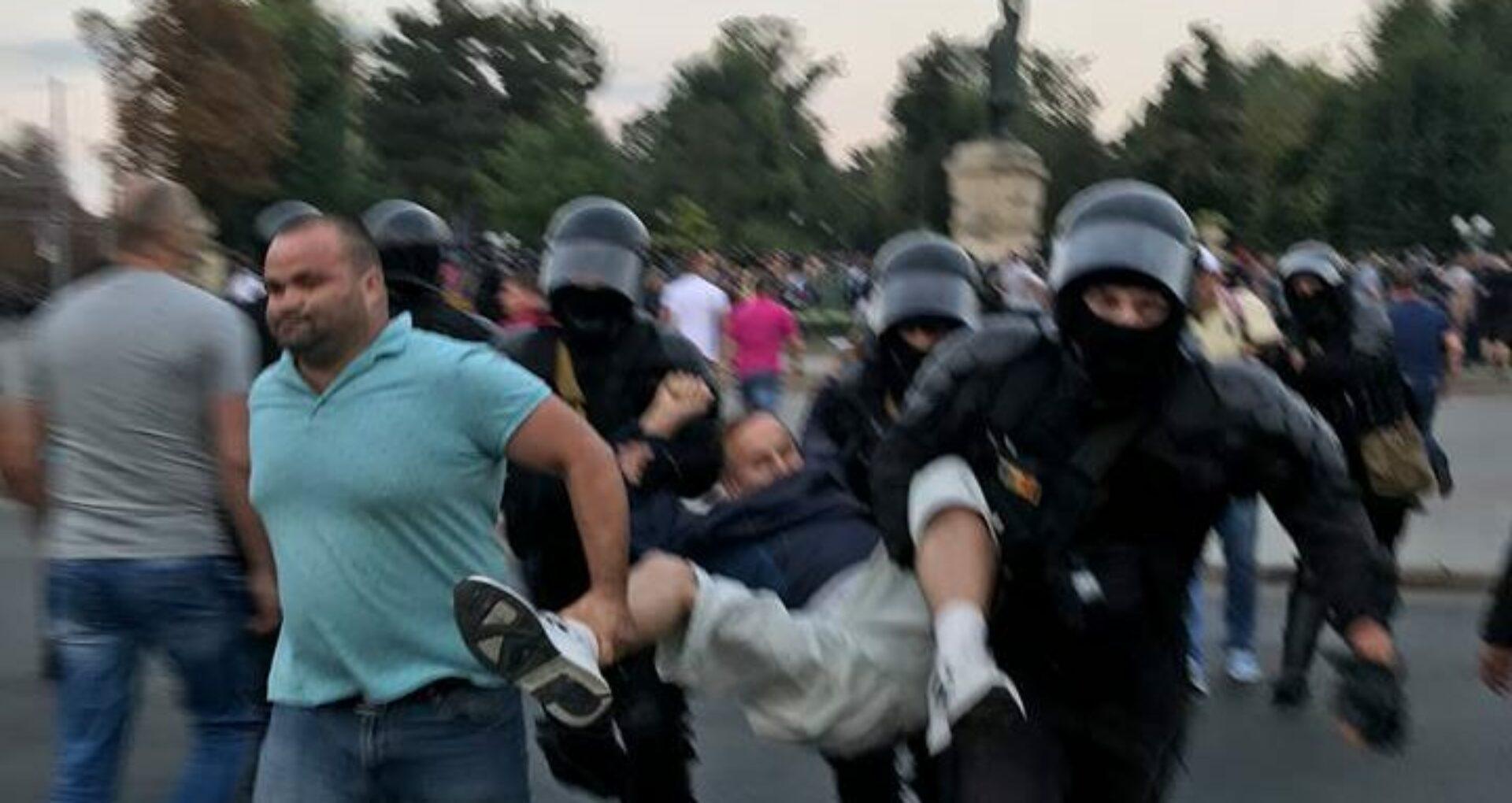 """Oficial: Poliția despre evacuarea forțată a protestatarilor: """"li s-a acordat timp de a părăsi perimetrul"""""""