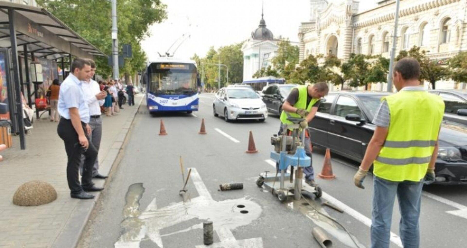 FOTO/ După un an de la reabilitare, Primăria testează calitatea asfaltării bulevardului Ștefan cel Mare