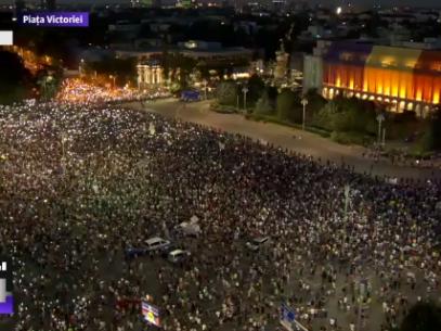 """VIDEO/ A doua zi de proteste în România: """"Jandarmeria apără hoția"""""""