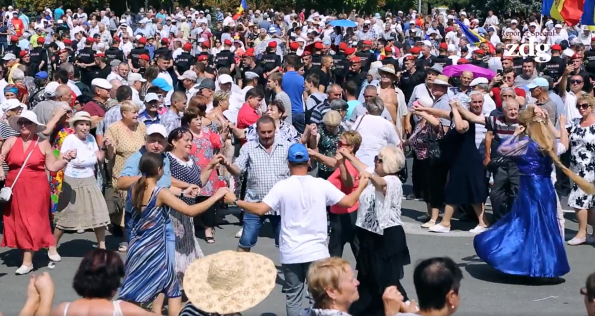"""VIDEO/ Rezumatul zilei de 26 august: """"Tușoncă"""", hrișcă, dansuri și proteste în """"Piața Marilor Dezamăgiri Naționale"""""""