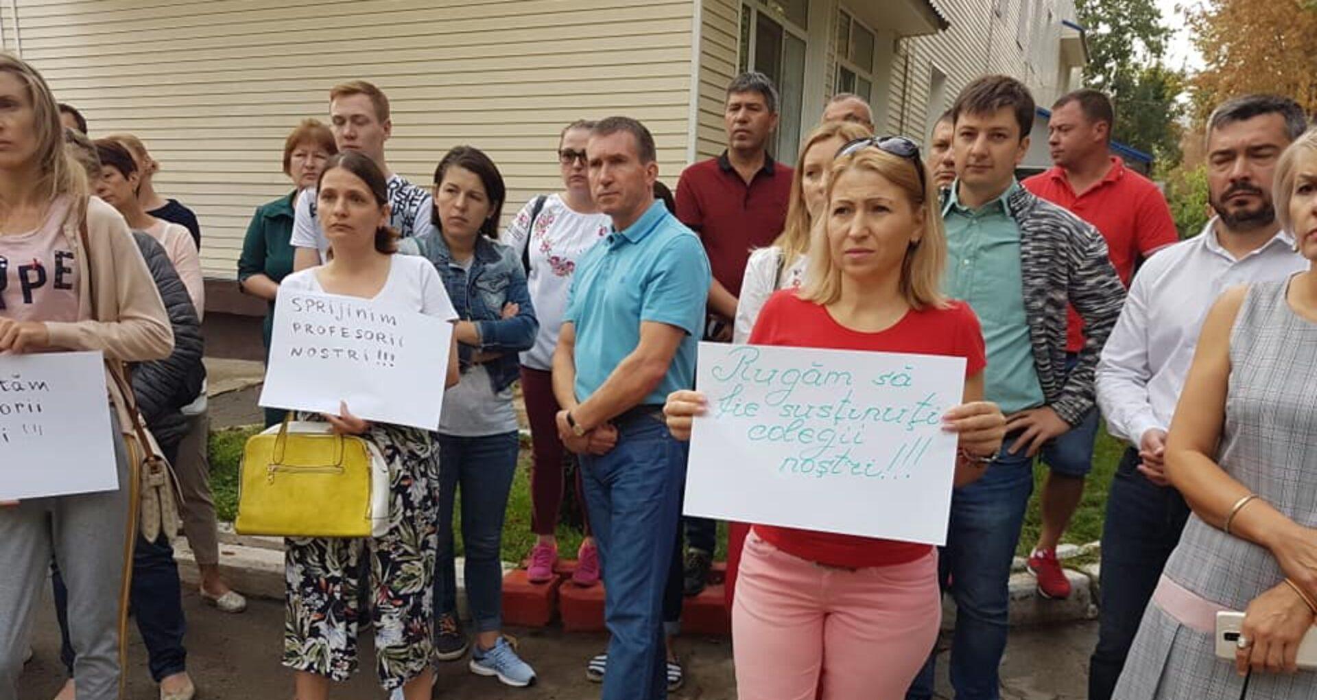 """FOTO. VIDEO/ Părinții și profesorii de la liceul """"Orizont"""" protestează: """"Ne vrem profesorii înapoi"""""""