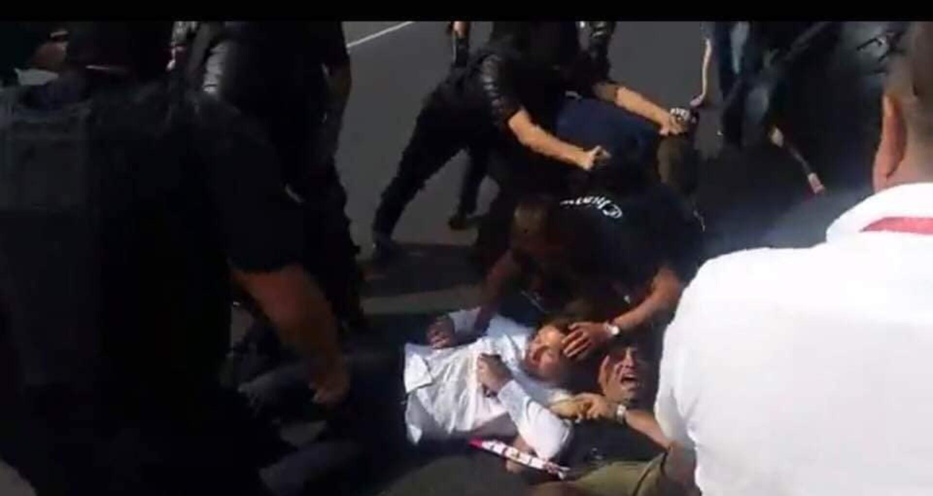 VIDEO/ Unioniștii au fost somați și puși la pământ de poliție la intrarea de la Vatra