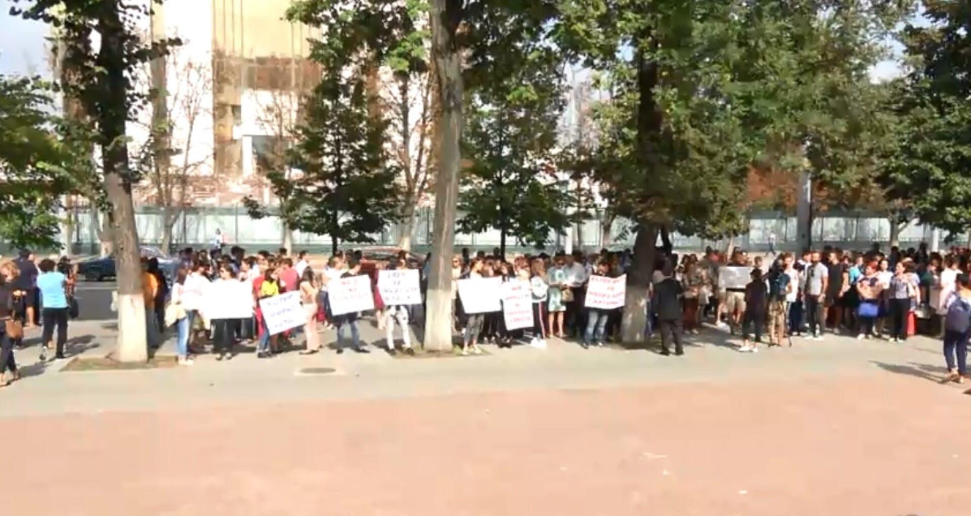 """VIDEO/ Protest la Parlament în legătură cu expulzarea profesorilor de la liceul """"Orizont"""""""