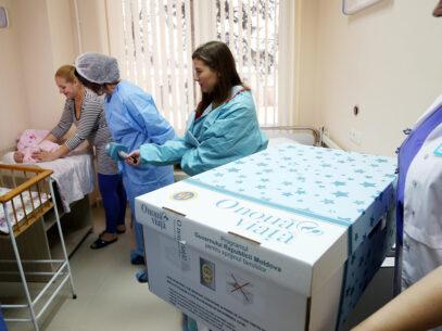 VIDEO/ Cutiile statului pentru nou-născuţi, livrate de compania unor donatori ai PDM