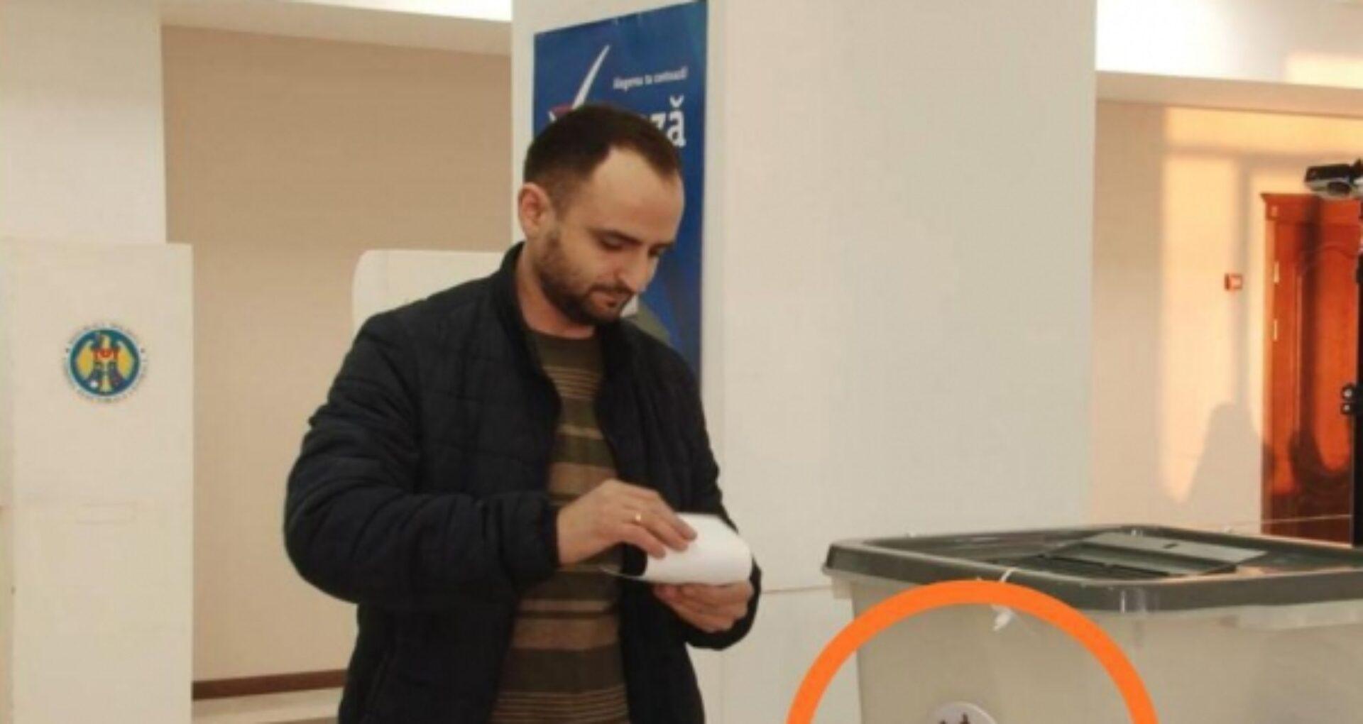 Stema Federației Ruse, pe o urnă de vot din or. Comrat. Ce explicații oferă președintele secției de votare