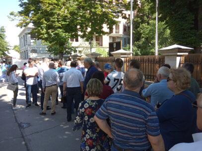 VIDEO/ Au stat la coadă la secțiile de vot. Pentru ce au votat cetățenii români din R. Moldova
