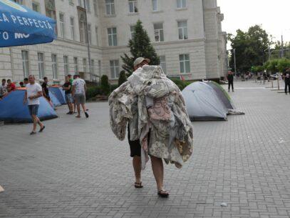 "FOTOREPORTAJ/ Pe urmele PDM: ""manifestanții"" se retrag"