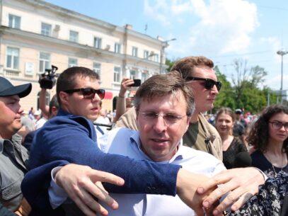 """VIDEO/ Chirtoacă, """"luat pe sus"""" din calea PDM: Eu am văzut ochii lui Plahotniuc. El e speriat de moarte"""