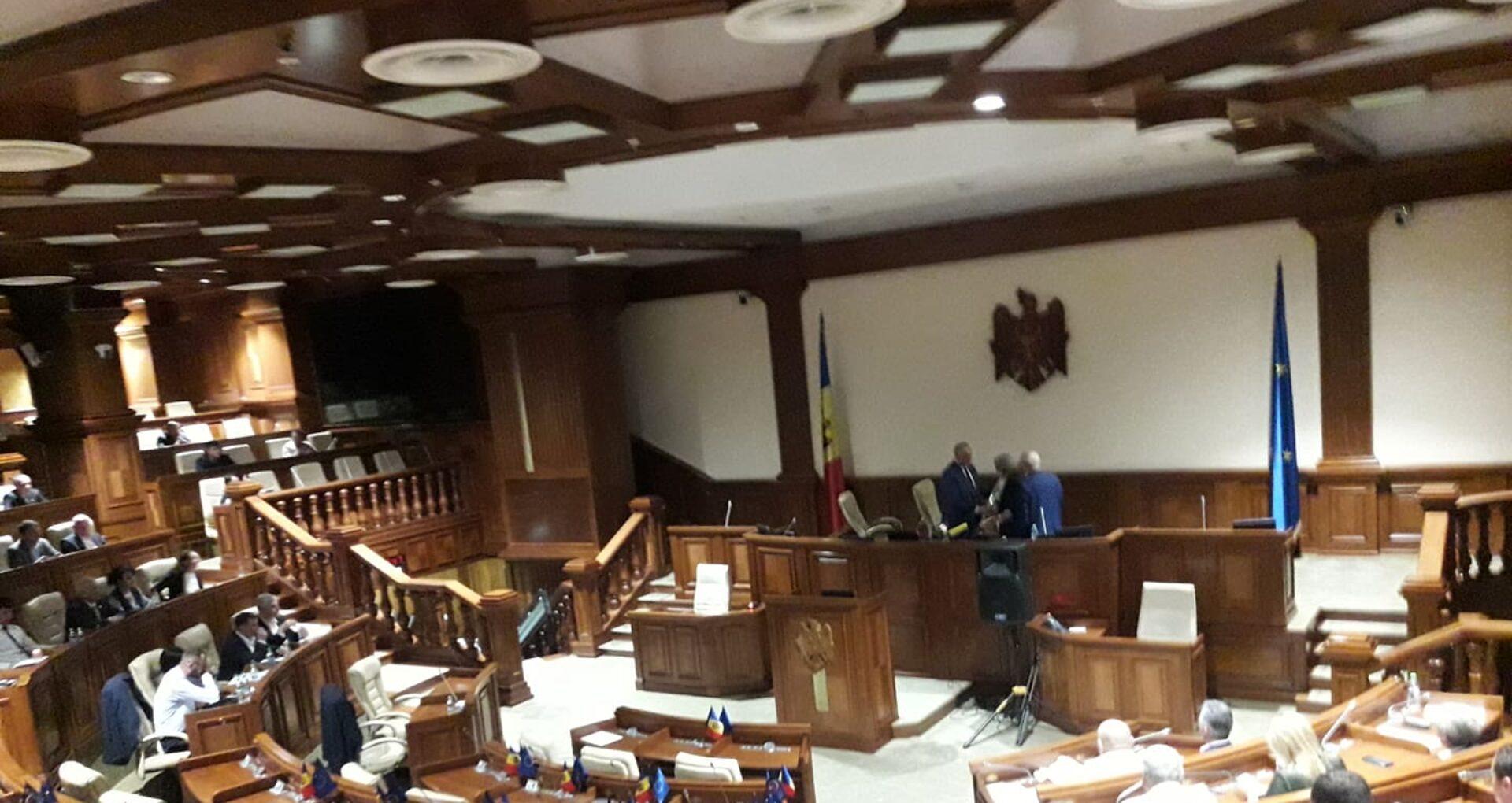 LIVE/ Ședința Parlamentului a luat sfârșit cu aplauze