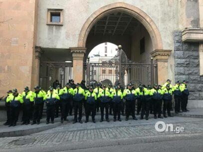 """""""Zidul Berlinului"""" în centrul orașului Tbilisi. Poliția a ridicat bariere metalice în jurul clădirii Parlamentului"""