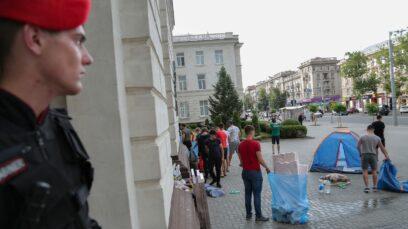 """""""Manifestanții"""" de la Guvern și Ministerul de Externe, aduși organizat, au început să-și strângă corturile."""