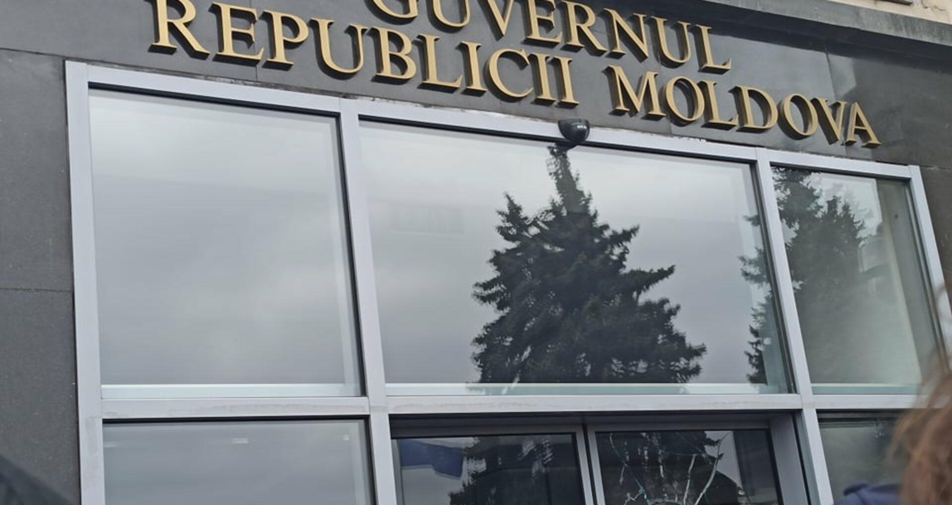 VIDEO/ Momentul în care ușa Guvernului este spartă cu buzduganul