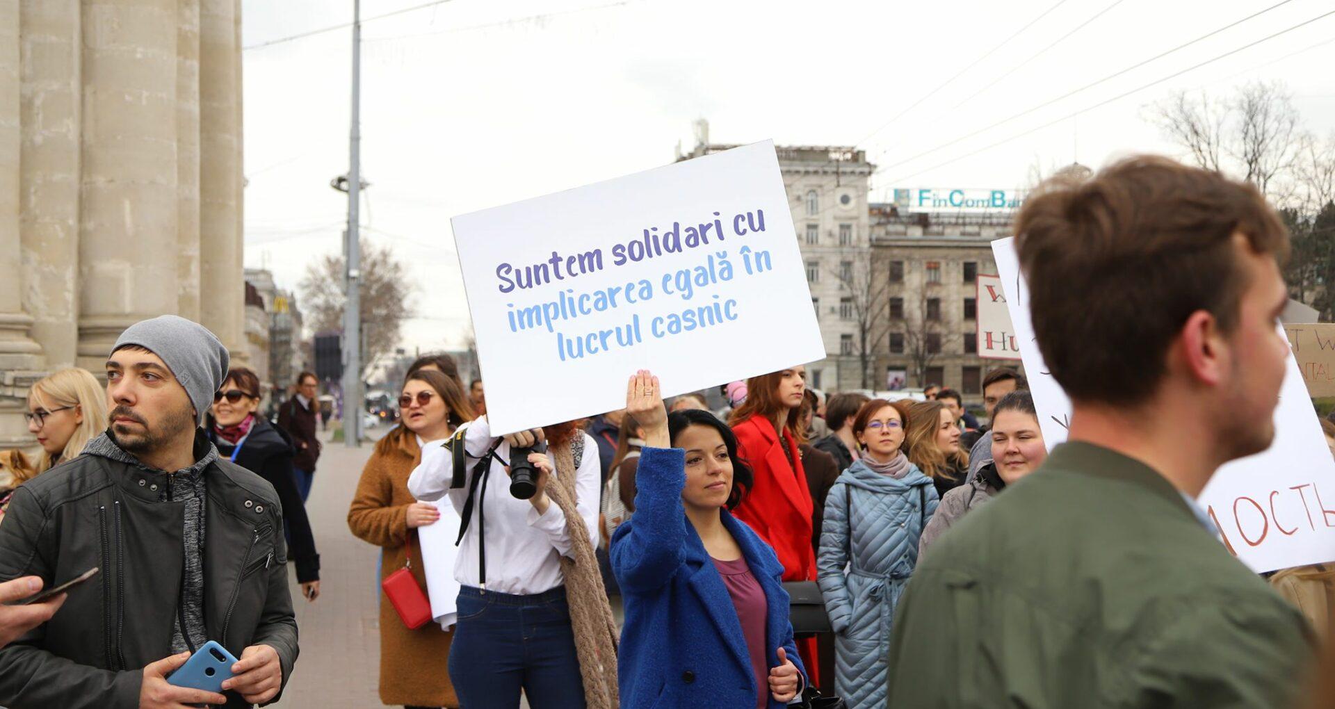 FOTOREPORTAJ/ Marșul Solidarității. Sute de persoane au mărșăluit pe bulevardul central al Chișinăului, de Ziua Internațională a Femeii
