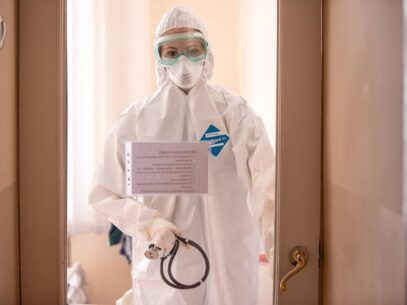 """VIDEO/ Încă un lucrător medical vrea să se facă auzit: """"Să nu ne trezim mâine, poimâne și noi internați cu Covid-19, pentru că am avut o mască de doi bani"""""""