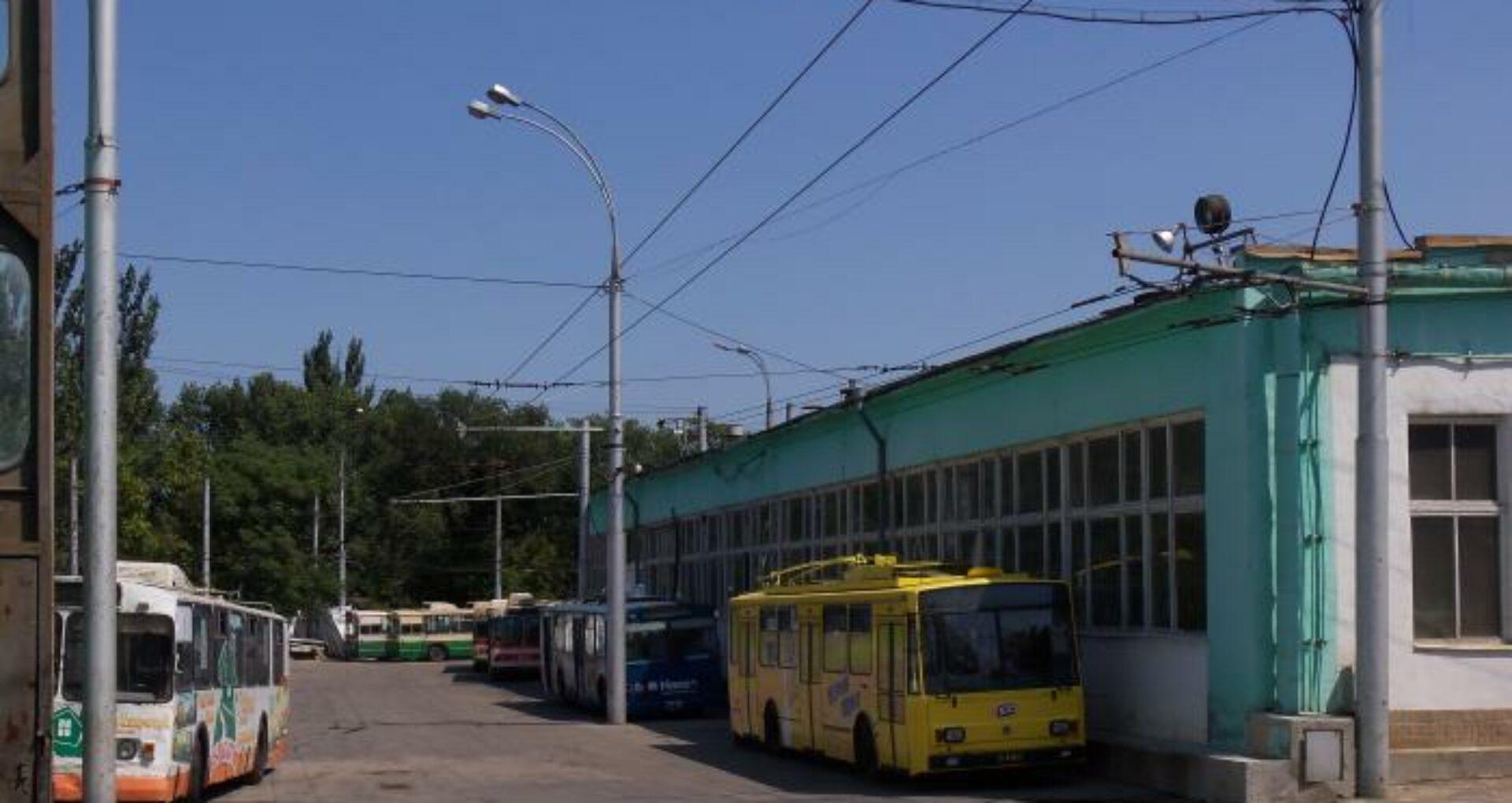 Un taxator de 21 de ani a fost transportat la spital cu suspecție de Covid-19: Parcul de troleibuze nr. 1 – în carantină, iar 186 de angajați – autoizolați la domiciliu