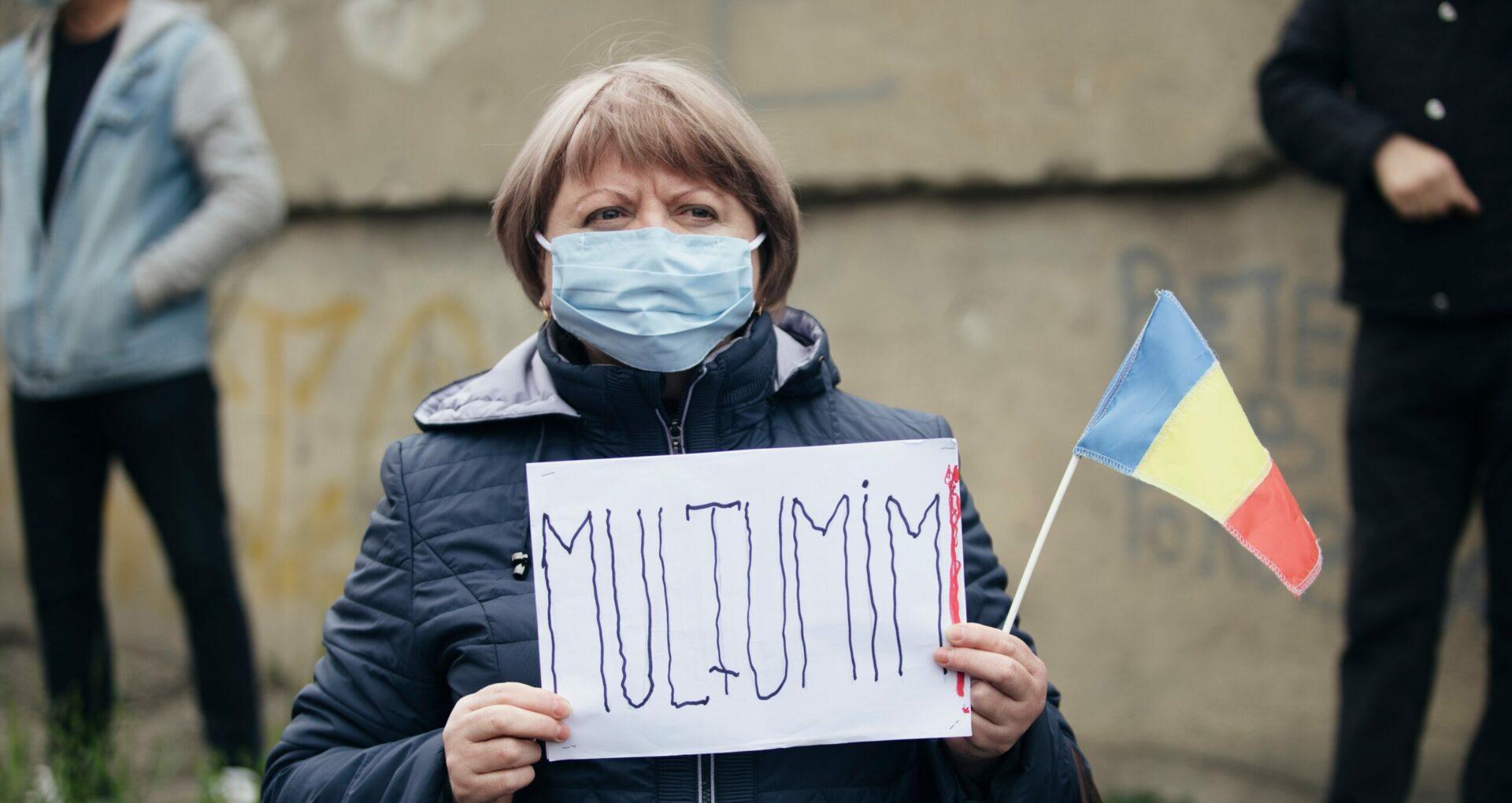 """FOTOREPORTAJ/ """"România, mulțumim!"""". Cum au întâmpinat oamenii ajutorul umanitar de peste Prut"""