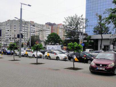 VIDEO/ Gestul făcut de mai mulți șoferi de taxi, după ce colegul lor s-a stins în urma accidentului produs pe bd. Ștefan cel Mare